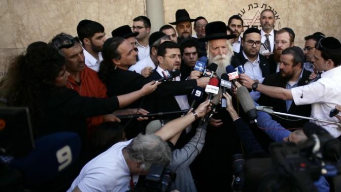 הרב דוד גרוסמן משוחח עם עיתונאים ליד בית החולים הדסה בירושלים, היכן שנפטר הרב עובדיה יוסף, 7.10.13 (צילום: פלאש 90)