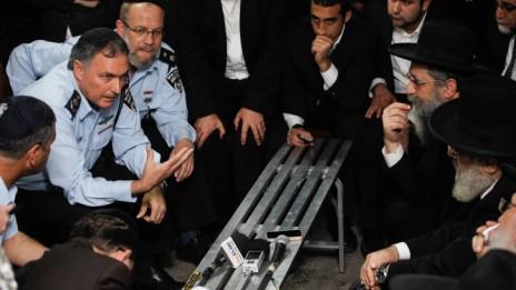 """מפכ""""ל המשטרה יוחנן דנינו מתארח ב""""שבעה"""" בביתו של הרב המנוח עובדיה יוסף (צילום: פלאש 90)"""