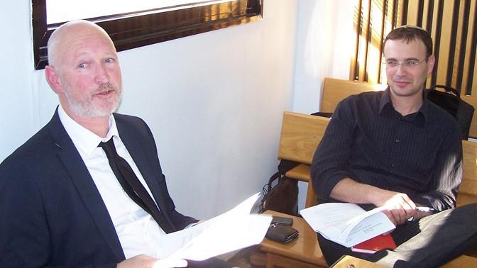 """מנהל המערכת ב""""מעריב"""" אסף גלבוע (מימין) ועו""""ד איתמר נצר, בית הדין האזורי לעבודה בתל-אביב, 4.2.12 (צילום: """"העין השביעית"""")"""