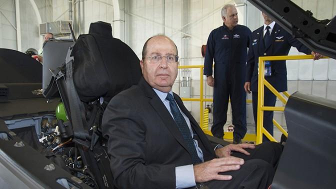 שר הביטחון משה יעלון בתא הטייס של מטוס F-35, (צילום: משרד הביטחון)