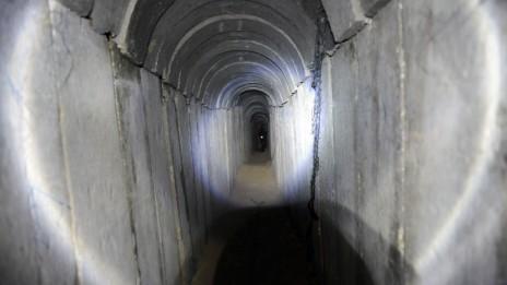 המנהרה שנחשפה סמוך לקיבוץ עין-השלושה (צילום: דוד ביומוביץ')