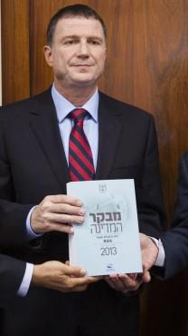 """יו""""ר הכנסת, יולי אדלשטיין, מקבל את דו""""ח מבקר המדינה, 15.10.13 (צילום: פלאש 90("""