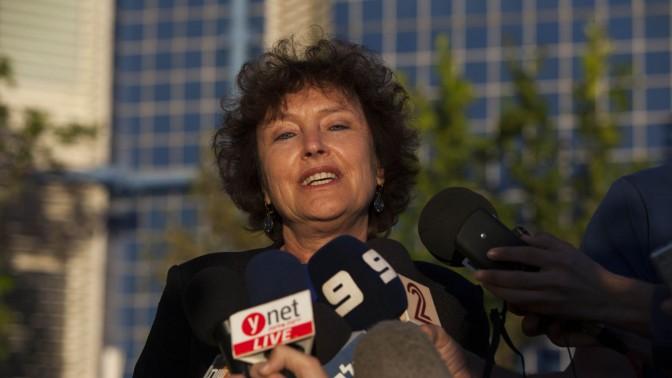 קרנית פלוג מוסרת הודעה לתקשורת לאחר ההודעה על מינויה לתפקיד נגידת בנק ישראל, 20.10.13 (צילום: יונתן זינדל)