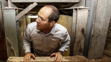 ניר ברקת מבקר במנהרות הכותל, 21.10.13 (צילום: פלאש 90)