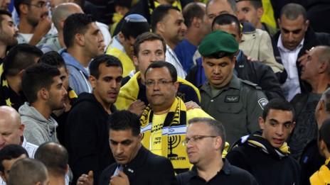 """משה ליאון צופה במשחק של קבוצת בית""""ר ירושלים, 22.10.13 (צילום: יונתן זינדל)"""