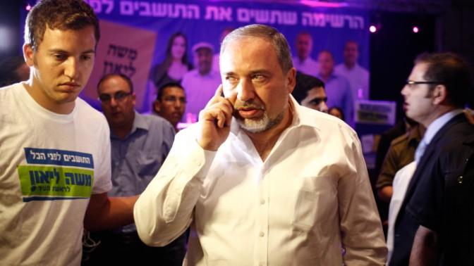 שר החוץ לשעבר אביגדור ליברמן מקבל את תוצאות הבחירות לעיריית ירושלים, במטה הבחירות של משה ליאון, 23.10.13 (צילום: פלאש 90)