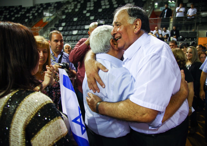 ראש עיריית חיפה יונה יהב מקבל את תוצאות הבחירות, 23.10.13 (צילום: אבישג שאר-יישוב)
