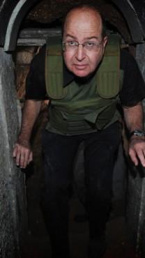 שר הביטחון משה יעלון בסיור בדרום. אתמול, 29.10.13 (צילום: אלון בסון)
