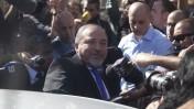 שר החוץ המושעה אביגדור ליברמן עוזב את בית משפט השלום בירושלים לאחר הקראת פסק הדין המזכה, 6.11.13 (צילום: פלאש 90)