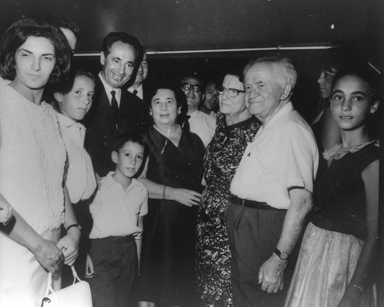 מדוע הצעירים לא קוראים ספרים? דוד ופולה בן-גוריון עם שמעון פרס ורעייתו סוניה, במסיבת בר-מצווה לבנם, 1965 (צילום: לשכת העיתונות הממשלתית)