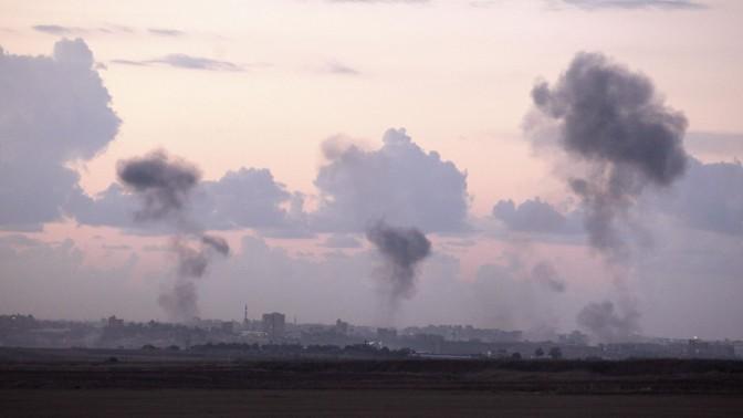 עשן מיתמר מעל רצועת עזה, במהלך מבצע עמוד ענן (צילום: אדי ישראל)