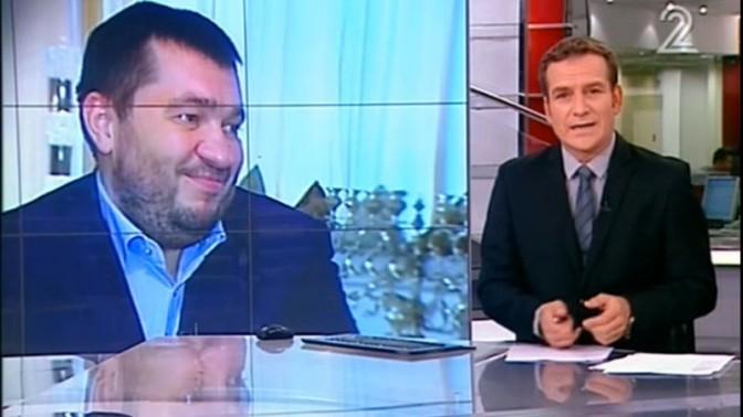מגיש החדשות דני קושמרו מציג ראיון של עפר חדד עם איש העסקים מאוקראינה אלכסנדר גרנובסקי (צילום מסך)