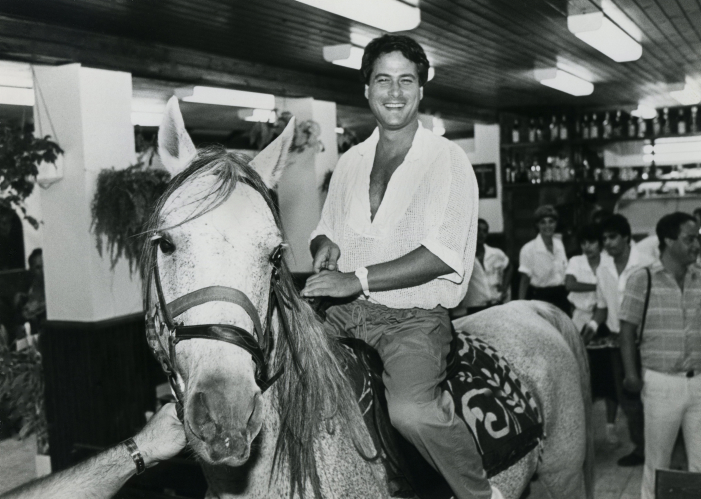 דודו טופז רוכב על סוס בשכונת התקווה בתל-אביב, 1986 (צילום: משה שי)