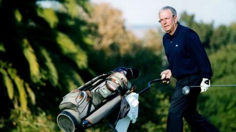 שדרן הספורט יורם ארבל במגרש הגולף בקיסריה (צילום: משה שי)