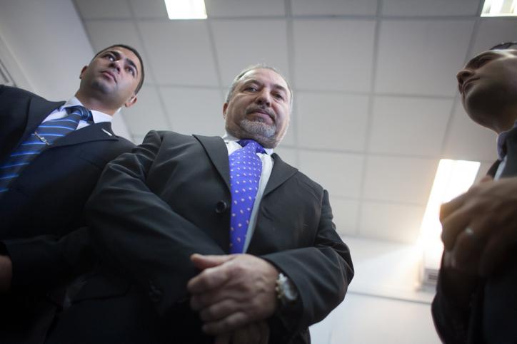 שר החוץ המושעה אביגדור ליברמן בבית-משפט השלום, לפני הקראת פסק דינו, 6.10.13 (צילום: אמיל סלמן)