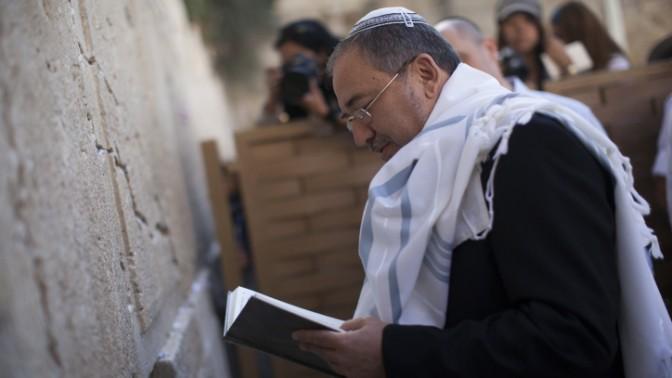 שר החוץ המושעה אביגדור ליברמן בכותל המערבי, לאחר שזוכה מאשמת שחיתות, 6.11.13 (צילום: יונתן זינדל)