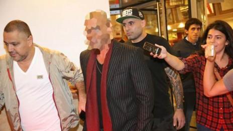 """עיתונאים מנסים לראיין את """"הזמר המפורסם"""" בצאתו מהופעה בתל-אביב, 14.11.13 (צילום: פלאש90)"""