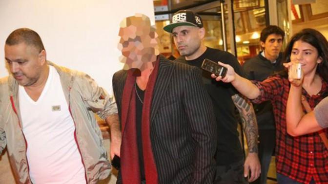 """עיתונאים מנסים לראיין את """"הזמר המפורסם"""" בצאתו מהופעה בתל-אביב, 14.11.13 (צילום: פלאש 90)"""