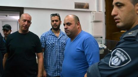 צחי אסולין (במרכז, בחולצה כחולה), מנהל בחברה של הזמר אייל גולן ואחד החשודים בפרשת הסרסרות בקטינות, אתמול בבית-המשפט (צילום:  יוסי זליגר)