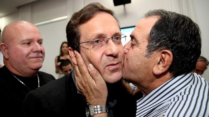 """יצחק הרצוג, עם היוודע בחירתו ליו""""ר מפלגת העבודה, 22.11.13 (צילום: גדעון מרקוביץ)"""