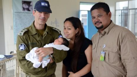 """תינוק שנולד בבית-חולים ישראלי בפיליפינים (צילום: שי וגנר, דובר צה""""ל)"""