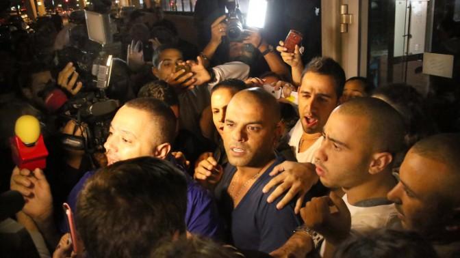 הזמר אייל גולן ליד המלון בו שהה, אחרי שהמשטרה החליטה שלא לבקש את הארכת מעצר הבית שלו בחשד למעורבות בעבירות מין, 25.11.13 (צילום: גדעון מרקוביץ)
