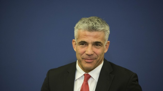 יאיר לפיד במסיבת העיתונאים בה הודיע כי מס ההכנסה לא יעלה, 25.11.13 (צילום: יונתן זינדל)