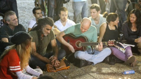 ישראלים מתאספים בכיכר רבין, להתאבל על מותו של אריק איינשטיין. 27.11.13 (צילום: פלאש 90)