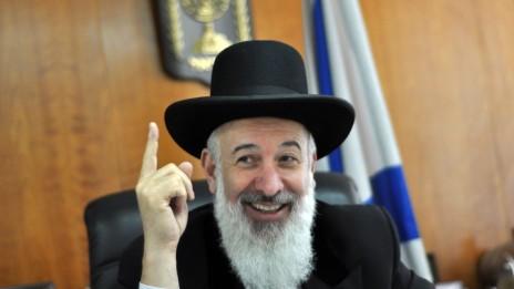 הרב מצגר בלשכתו, 14.4.11 (צילום: יואב ארי דודקביץ')