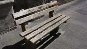 """ספסל ל""""לא-לבנים בלבד"""" מחוץ לבית משפט בקייפ-טאון, דרום-אפריקה (צילום: KNewman1, רשיון cc)"""