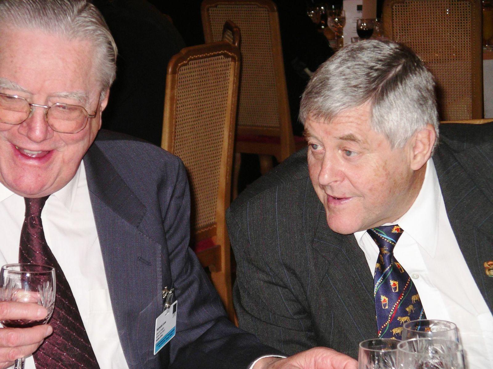 """טוני הרד, לשעבר עורך ה""""קייפ טיימס"""" (מימין), וריימונד לואו, לשעבר עורך ה""""ראנד דיילי מייל"""". ורשה, 19.5.04 (צילום: חנוך מרמרי)"""