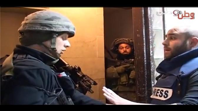 """צילום מסך מתוך סרטון המתעד את הגעת חיילי צה""""ל ופקחי משרד התקשורת לתחנת Wattan TV ברמאללה ב-28.12.12"""