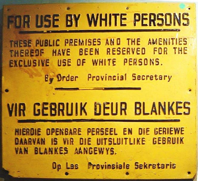"""""""לשימוש על-ידי לבנים בלבד"""", שלט מתקופת האפרטהייד בדרום-אפריקה (צילום: EI_C, נחלת הכלל)"""