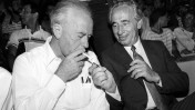 שמעון פרס מסייע ליצחק רבין להדליק סיגריה, 1986 (צילום: משה שי)