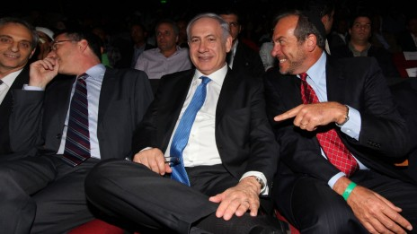 הרב יחיאל אקשטיין, נשיא הקרן-לידידות, מתלוצץ עם ראש הממשלה (צילום: קובי גדעון)