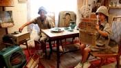 """ילדים מדמים חיי קיבוץ בשנים עברו. הילדה אוחזת בידיה עותק של הגיליון האחרון של העיתון """"על המשמר"""", שראה אור ב-1995. יד-מרדכי, 2011 (צילום: אדי ישראל)"""