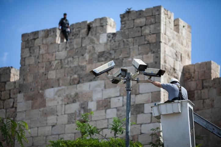 טכנאי מתקן מצלמות אבטחה ליד חומת העיר העתיקה בירושלים, 20.5.12 (צילום: נועם מוסקוביץ')