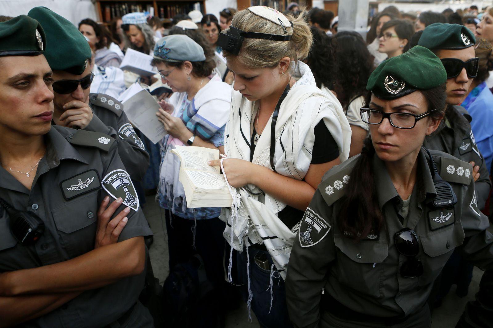 שוטרים שומרים על נשות-הכותל, 9.6.13 (צילום: מרים אלסטר)