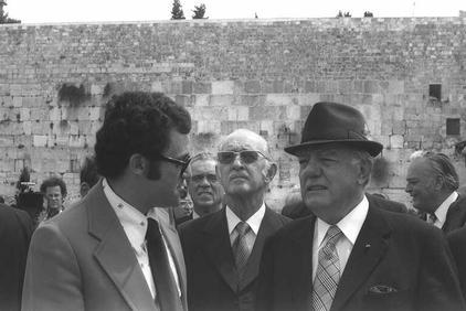 """ראש ממשלת דרום-אפריקה ג'ון פורסטר (מימין) ושר החוץ שלו בכותל המערבי בירושלים, 11.4.1976 (צילום: משה מילנר, לע""""מ)"""
