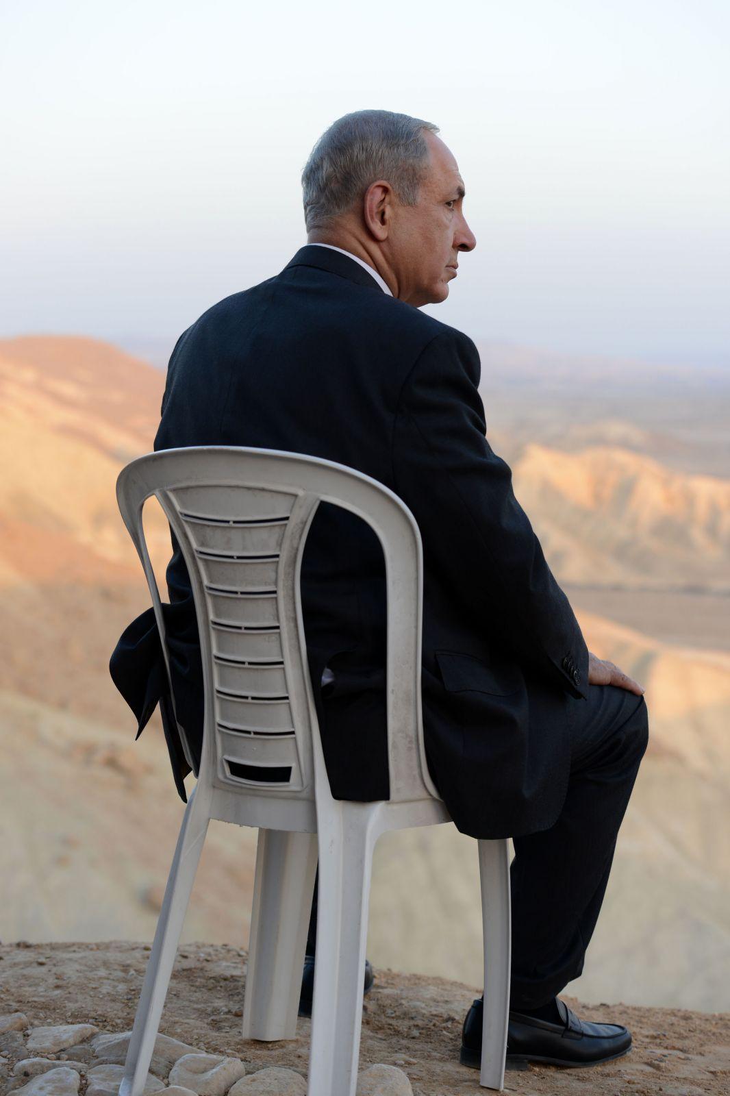 """ראש הממשלה בנימין נתניהו, הנגב וכיסא מפלסטיק, 10.11.13 (צילום: קובי גדעון, לע""""מ)"""