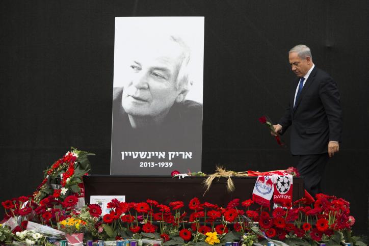 ראש הממשלה בנימין נתניהו מניח פרח על ארונו של הזמר אריק איינשטיין, כיכר רבין בתל-אביב, 27.11.13 (צילום: יונתן זינדל)