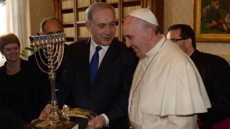 """ראש הממשלה בנימין נתניהו מציג חנוכייה בפני האפיפיור פרנסיסקוס, אתמול בוותיקן (צילום: עמוס בן-גרשום, לע""""מ)"""
