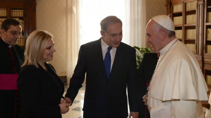 """בנימין ושרה נתניהו משוחחים עם האפיפיור, 2.12.13 (צילום: עמוס בן גרשום, לע""""מ)"""