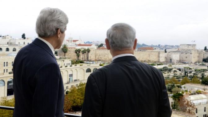 """ראש הממשלה בנימין נתניהו ומזכיר המדינה האמריקאי ג'ון קרי, בירושלים. 6.12.13 (צילום: מתי שטרן, שגרירות ארה""""ב)"""