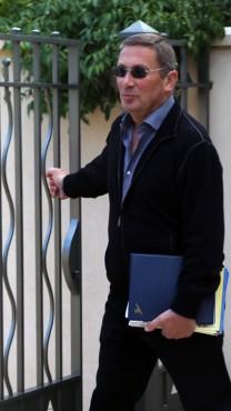 נוחי דנקנר יוצא מביתו, היום. 9.12.13 (צילום: פלאש90)
