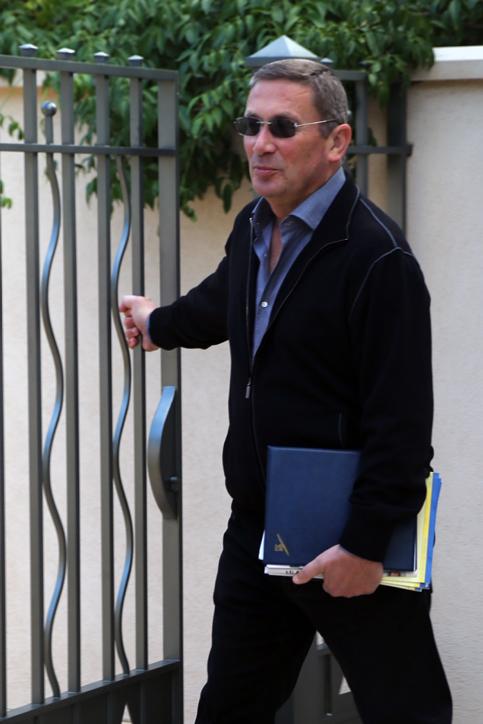 נוחי דנקנר יוצא מביתו, היום. 9.12.13 (צילום: פלאש 90)