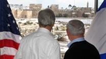 ראש ממשלת ישראל בנימין נתניהו (מימין) ושר החוץ האמריקאי ג'ון קרי מביטים בירושלים המושלגת, 13.12.13 (צילום: מארק ישראל סלם)