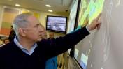 """ראש ממשלת ישראל, בנימין נתניהו, מצביע על נתונים סינופטיים. ירושלים, שלשום (צילום: חיים צח, לע""""מ)"""
