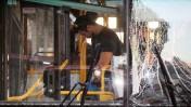 אוטובוס שנפגע ממטען חבלה, אתמול בבת-ים, 22.12.13 (צילום: גדעון מרקוביץ)