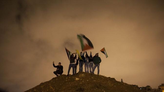 פלסטינים חוגגים לקראת שחרור מחבלים, 30.12.13 (צילום: יונתן זינדל)